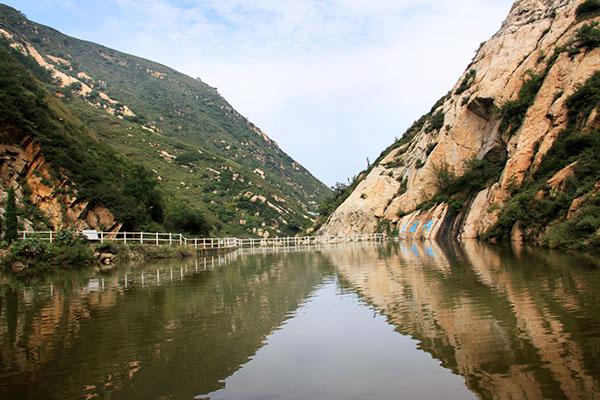 娘娘山景区地处豫秦晋三省交界, 南与陕西的洛南与河南的卢氏